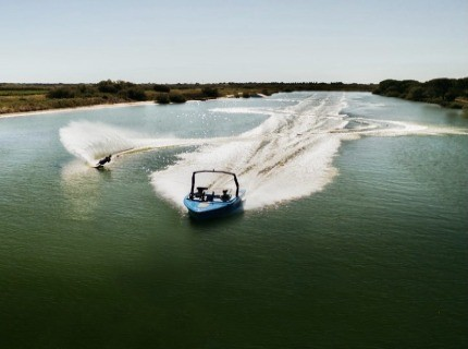 Water skiing / Wakeboarding for all levels to discover at the spot of Camargue Paradise.