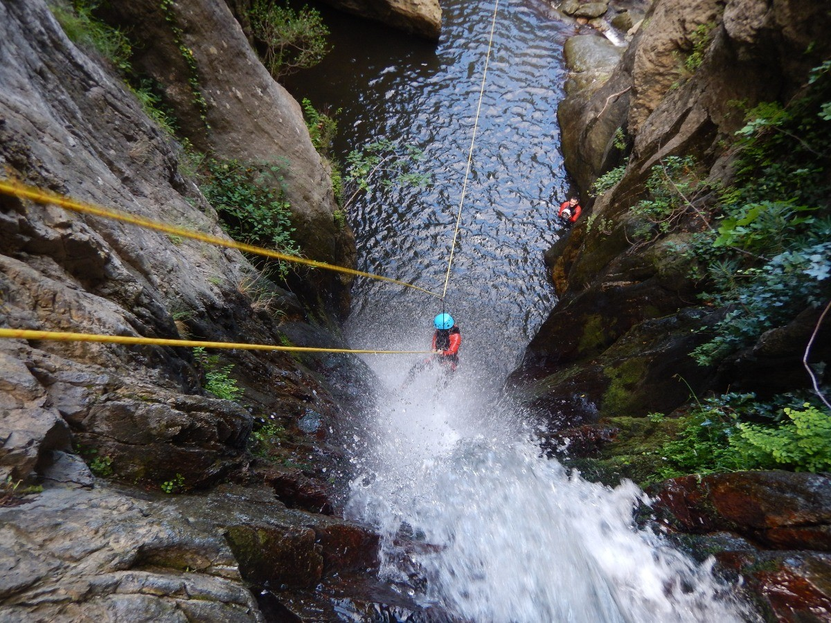 Rappeling canyoning