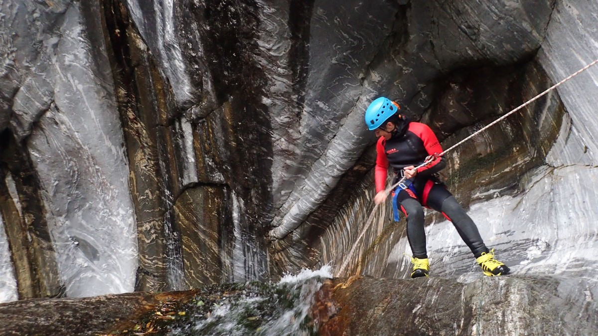 Rappeling in canyoning